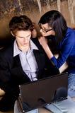 Jeunes ajouter à l'ordinateur portatif Photo libre de droits
