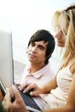 Jeunes ajouter à l'ordinateur portatif photos libres de droits