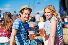 Jeunes ajouter à la bière au festival de musique d'été Image stock