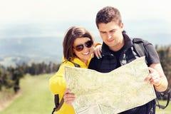 Jeunes ajouter à la carte en montagnes Image libre de droits