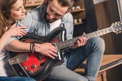 Jeunes ajouter à la guitare Image libre de droits