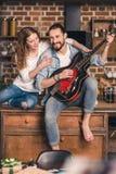Jeunes ajouter à la guitare Photo libre de droits