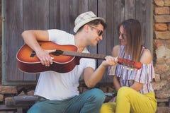 Jeunes ajouter à la guitare acoustique Photos libres de droits