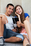 Jeunes ajouter à la tablette digitale Photographie stock