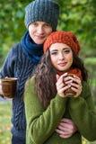 Jeunes ajouter à la tasse de café Image libre de droits