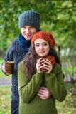 Jeunes ajouter à la tasse de café Photographie stock