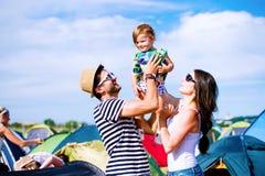 Jeunes ajouter à leur fille de bébé entre les tentes, été Photo stock