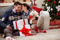 Jeunes ajouter à Meltzer blanc comme cadeau de Noël Photographie stock