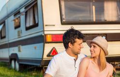 Jeunes ajouter à un camping-car Photos stock