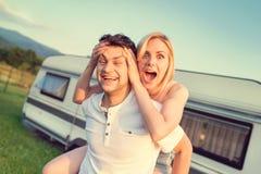 Jeunes ajouter à un camping-car Photographie stock