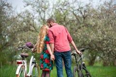 Jeunes ajouter affectueux aux bicyclettes Photos stock