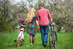 Jeunes ajouter affectueux aux bicyclettes Photo stock