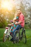 Jeunes ajouter affectueux aux bicyclettes Photographie stock libre de droits