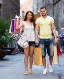 Jeunes ajouter affectueux heureux aux sacs à la ville Photo stock