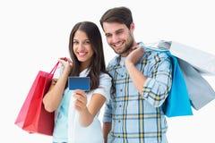 Jeunes ajouter attrayants aux paniers et à la carte de crédit Images stock