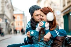 Jeunes ajouter au café en hiver dehors Photo stock