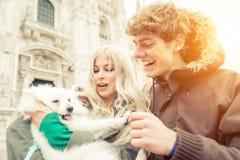 Jeunes ajouter au chien marchant au centre de la ville de Milan Photographie stock libre de droits