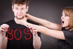 Jeunes ajouter au coeur brisé et au mot de SOS Photos stock