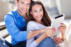 Jeunes ajouter au comprimé numérique Photos stock