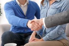 Jeunes ajouter au plan rapproché de poignée de main de thérapie familiale de psychologue images stock