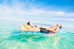 Jeunes ajouter au radeau de piscine photos libres de droits