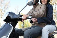 Jeunes ajouter au scooter dernier cri Photographie stock libre de droits