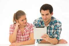 Jeunes ajouter au Tablette-PC photographie stock