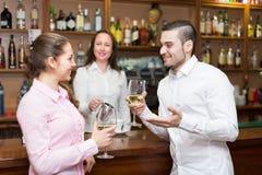 Jeunes ajouter au vin à la barre Photographie stock