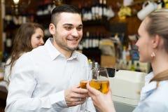 Jeunes ajouter au vin à la barre Photos libres de droits