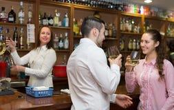 Jeunes ajouter au vin à la barre Photos stock