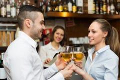 Jeunes ajouter au vin à la barre Photo libre de droits
