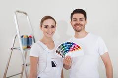 Jeunes ajouter aux échantillons de couleur photos stock
