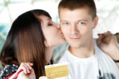 Jeunes ajouter aux achats dans le centre commercial Images libres de droits