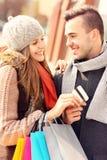 Jeunes ajouter aux achats de carte de crédit dans la ville Images stock