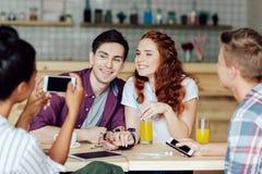 Jeunes ajouter aux amis en café Photo libre de droits