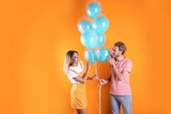 Jeunes ajouter aux ballons à air image stock