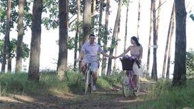 Jeunes ajouter aux bicyclettes banque de vidéos