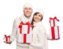 Jeunes ajouter aux cadeaux de Noël Image stock