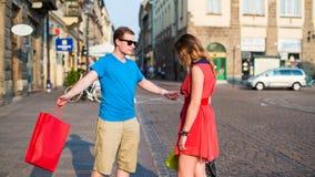 Jeunes ajouter aux paniers colorés. Argument. images stock