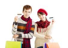Jeunes ajouter aux paniers et à la carte de crédit Photos libres de droits