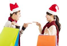 Jeunes ajouter aux paniers pour des vacances de Noël Photo libre de droits
