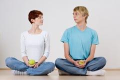 Jeunes ajouter aux pommes Photo libre de droits