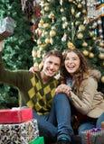 Jeunes ajouter aux présents se reposant dans Noël Photo libre de droits