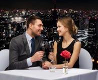 Jeunes ajouter aux verres de vin au restaurant photos libres de droits