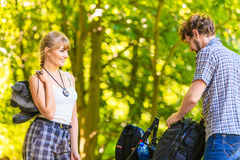 Jeunes ajouter de randonneur au sac à dos en nature Photo libre de droits