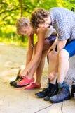 Jeunes ajouter de randonneur au sac à dos en nature Photos stock