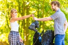 Jeunes ajouter de randonneur au sac à dos en nature Image stock