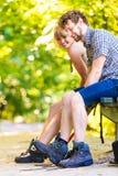 Jeunes ajouter de randonneur au sac à dos en nature Photographie stock libre de droits