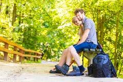 Jeunes ajouter de randonneur au sac à dos en nature Photographie stock