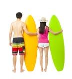 jeunes ajouter de surfer à la planche de surf Images libres de droits